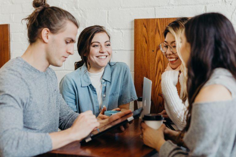 Eine Gruppe junger Menschen führt eine Besprechung durch.