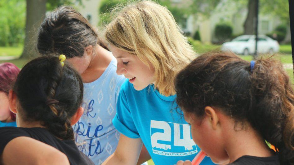 Eine Ehrenamtliche führt ihren sozialen Beruf aus und hilft einer Gruppe von Kindern