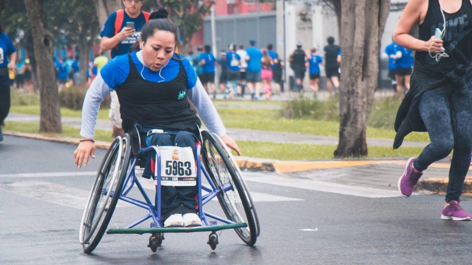 Eine Rollstuhlfahrerin nimmt an einem Marathon teil. Das soll die Inklusion im Sport verdeutlichen.